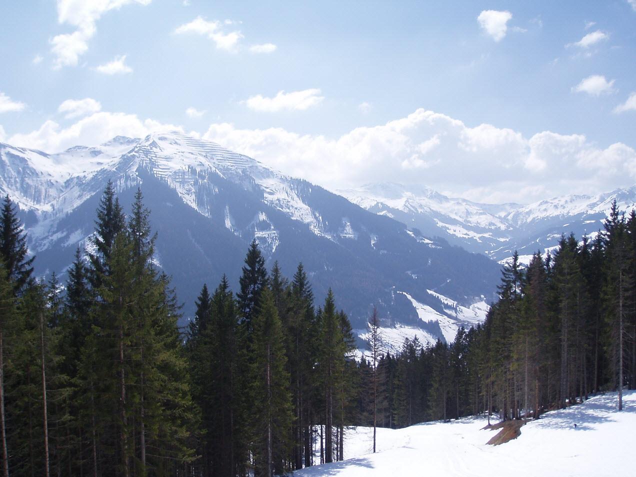 Uitzicht over Saalbach vanop het terras van de Westernstadl